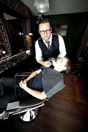 Silke Heide Barbershop, Einseifen
