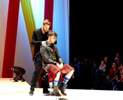 Mann im Kilt bekommt Haarschnitt