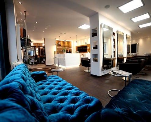 Silke Heide Friseursalon, blaue Sofas