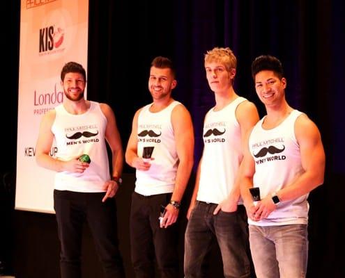 Vier hübsche Jungs in Schnauzbart-Shirts