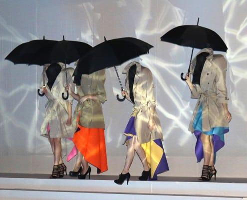 kopflose Damen mit Regenschirm