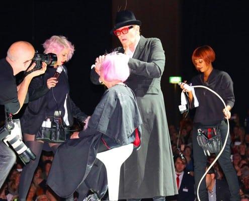 Haardesign an einer älteren Dame