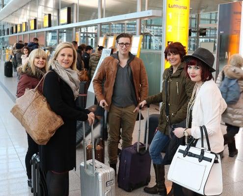 Team beim Check-in am Flughafen