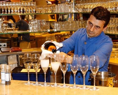Füllen der Champagnergläser